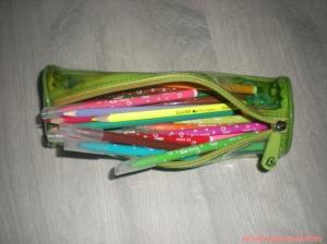 Une trousse avec des feutres et des crayons de couleurs