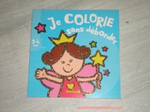 Un livre de coloriage à bords épais adapté pour les 2-4 ans