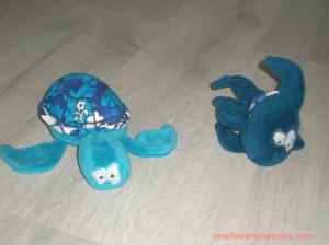 Une tortue et un poisson en peluche